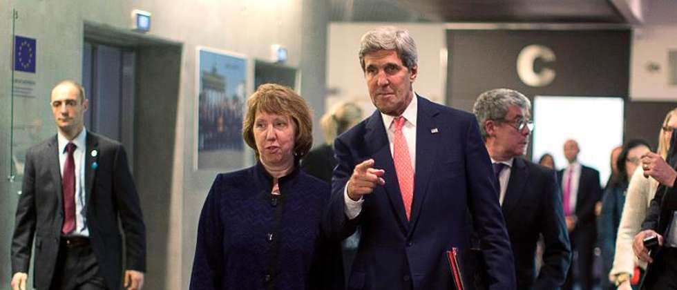 US Secretary of State John Kerry (R) walks with European Union foreign policy chief Catherine Ashton (L) before their meeting with Iranian Foreign Minister Mohammad Javad Zarif (not pictured) in Geneva, on November 8, 2013 ( Jason Reed  (POOL/AFP) )