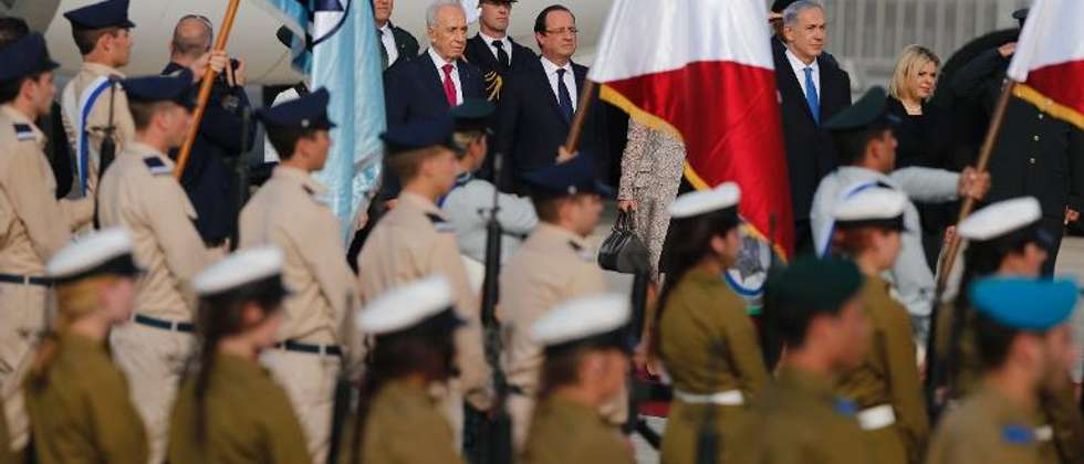 French President Francois Hollande (C) walks alongside his Israeli counterpart Shimon Peres (C-L) and Israeli Prime Minister Benjamin Netanyahu (R) upon his arrival at Ben Gurion International Airport on November 17, 2013 in Tel Aviv ( Marco Longari (AFP) )
