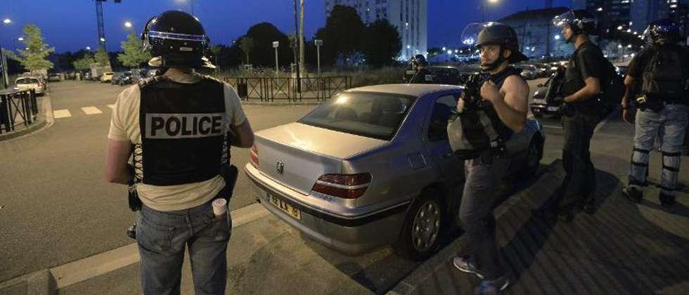 Des policiers en patrouille, le 20 juillet 2013 à Trappes ( Miguel Medina (AFP) )