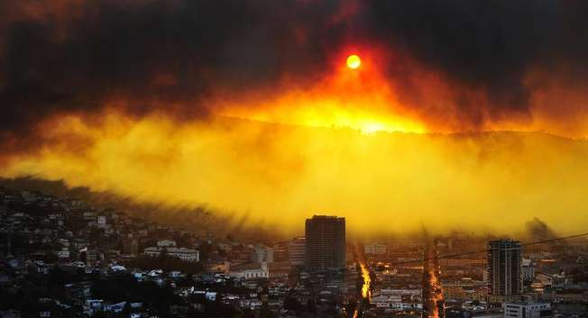 A general view shows a fire in Valparaiso, 110 km west of Santiago, Chile, on April 12, 2014 ( Alberto Miranda (AFP) )