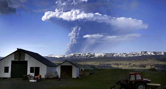 A cloud of smoke and ash is seen over the Grimsvoetn volcano on Iceland on May 21, 2011 ( AFP/File )