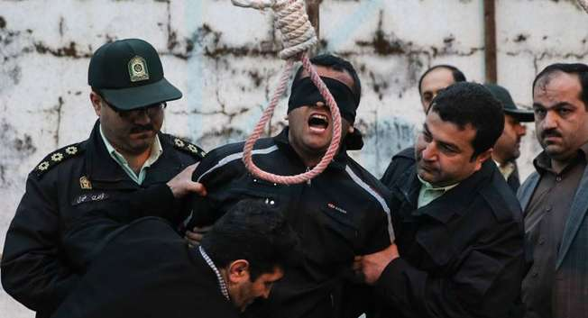 An Iranian mother spared the life of her son's convicted murderer with an emotional slap in the face as he awaited execution with the noose around his neck, 17.4.2014 ( ARASH KHAMOOSHI/AFP )