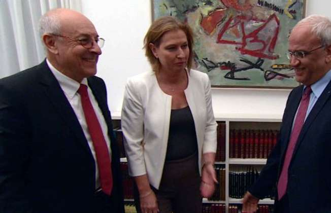 Israeli negotiators Yitzhak Molcho (l) and Tzipi Livni (c), and Palestinian counterpart Saeb Erakat, August 2013 (Israel government press office)