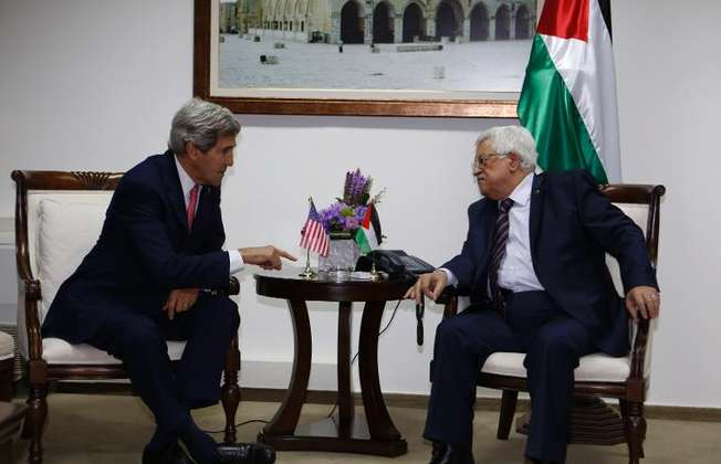 John Kerry (left) meets with Palestinian president Mahmoud Abbas at the Palestinian presidential compound in the West Bank city of Ramallah on December 5, 2013 (Mohamad Torokman (pool/AFP))