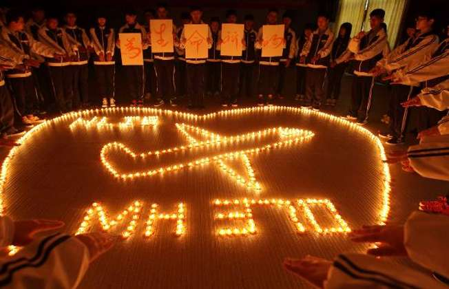 Students at Hailiang International School pray for the passengers on the missing Malaysia Airlines flight MH370 in Zhuji, in China's Zhejiang province, March 10, 2014 (AFP)