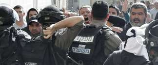 Israeli police clash with Palestinians outside the Al-Aqsa mosque compound in the Old City of Jerusalem on April 16, 2014 (AFP)