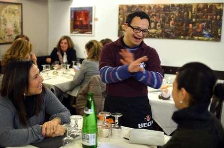 Alessandro Giusto (c) plaisante avec les clients au restaurant la Locanda, à Rome, le 28 janvier 2014 ( Gabriel Bouys (AFP) )