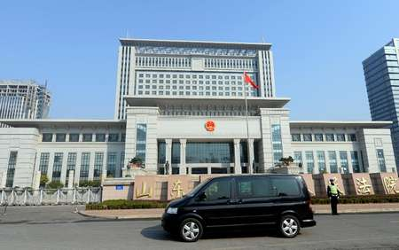 A vehicle believed to be ferrying once-powerful politician Bo Xilai, arrives at the Shandong high court building in Jinan on October 25, 2013 ( Goh Chai Hin (AFP) )