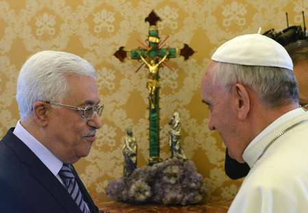 Pope Francis (right) talks with Palestinian president Mahmud Abbas during a private audience at the Vatican, on October 17, 2013 ( Maurizio Brambatti (Pool/AFP) )