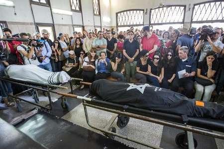 Les proches aux funérailles d'Emmanuel (g) et de Miriam Riva (d), un couple victime de la fusillade de Bruxelles, au cimetière de Kyriat Shaul, à Tel Aviv, le 27 mai 2014 ( Jack Guez (AFP) )