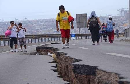 Une route fissurée après le tremblement de terre qui a secoué Iquique, au Chili, le 2 avril 2014 ( Aldo Solimano (AFP) )